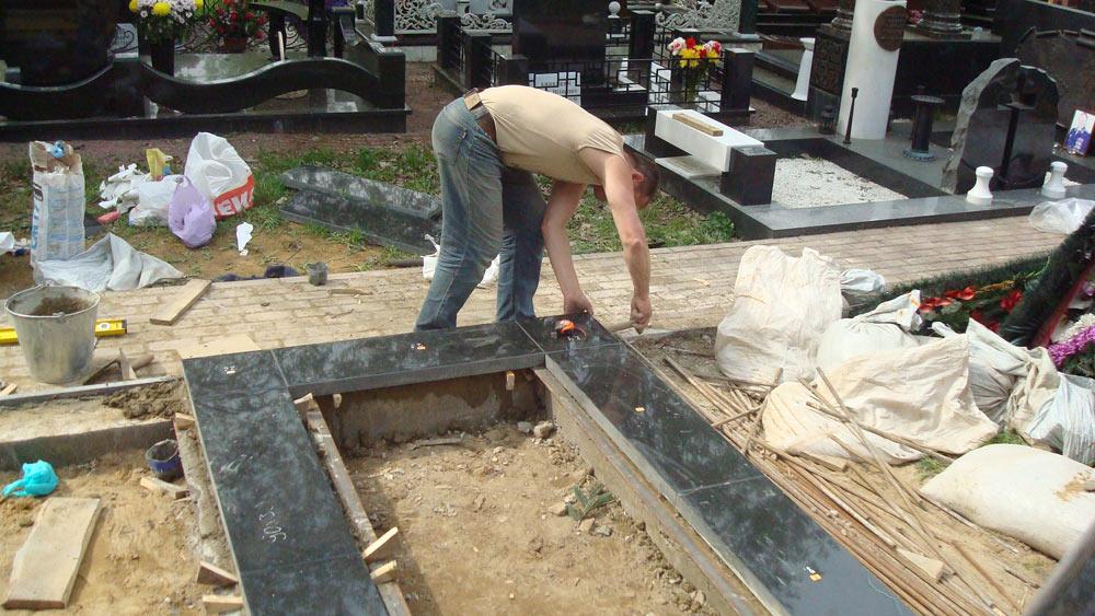 Как устанавливают памятники на кладбище фото памятники в омске цена фото
